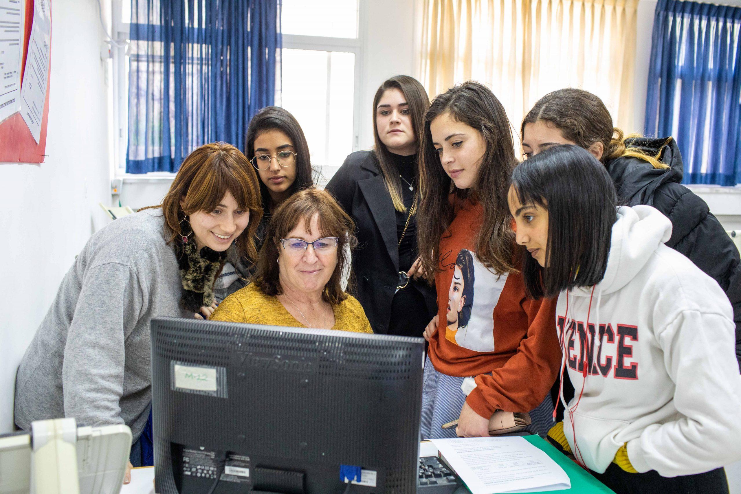 למידה מול מחשב עם המורה