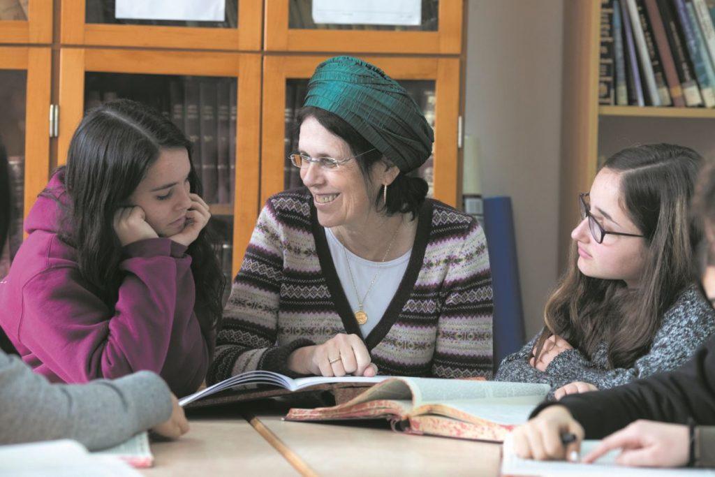 בנות סיירת גמרא באולפנת אמית אוריה בבאר שבע עם המנהלת נעה הכהן. צילום: אברהם יצחק מאיר