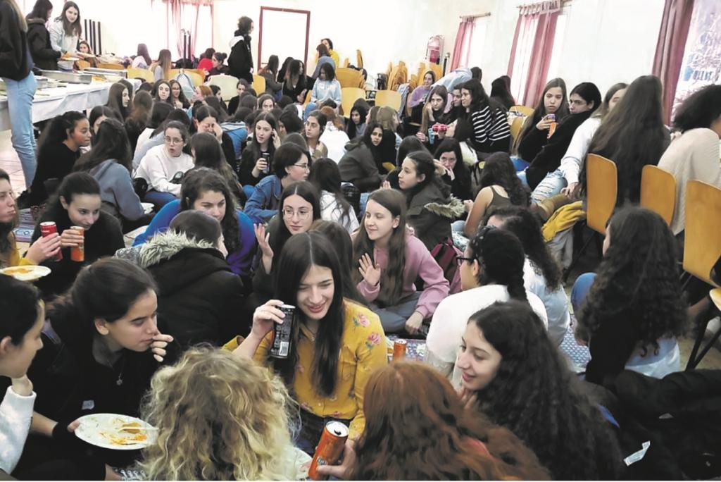 מפגש עם תלמידות הכפר הירוק באולפנת אמית להבה בקדומים בשנת 2019. צילום: אפרים זיק